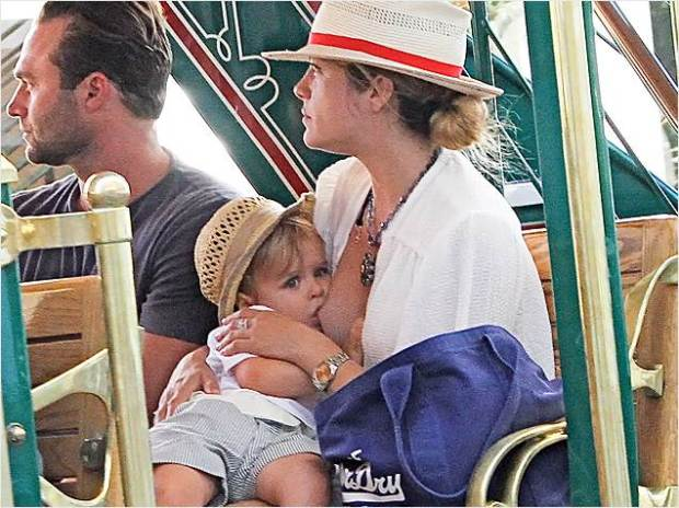 2D274905755358-selma-blair-breastfeeding-the-grove-2-636.today-inline-large